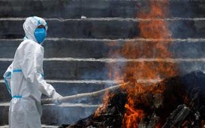 Ảnh: Nhà hỏa táng hết chỗ, Nepal thiêu người chết vì Covid-19 ở ngoài trời
