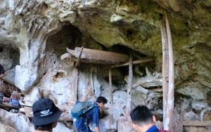 """Sơn La: """"Thám hiểm"""" các hang động chứa những cỗ quan tài cổ treo trên vách núi đá cao"""