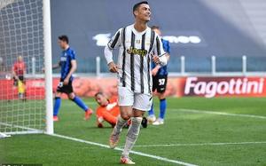 """Ronaldo lần đầu tiên vui vẻ khi bị Pirlo cho """"đi tắm sớm"""""""