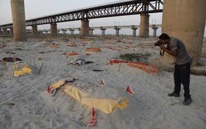 Trận mưa làm lộ hàng loạt thi thể trên bãi cát bên bờ sông Hằng