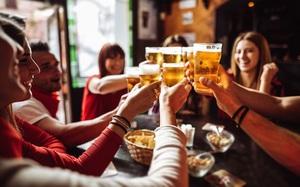 Bác sĩ 'nảy ra sáng kiến' tặng bia miễn phí để người dân tiêm vắc xin COVID-19