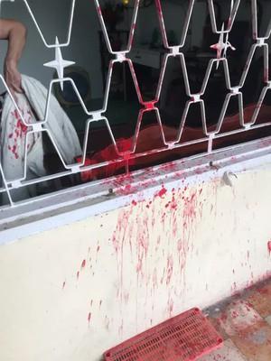 CLIP: Nam thanh niên ngang nhiên tạt sơn vào cửa sổ rồi bung chạy