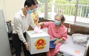 Ngày hội bầu cử 23/5: Mang thùng phiếu đến tận giường cho người bệnh