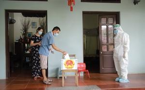 """Theo chân hòm phiếu """"di động"""" đến tận nhà cử tri bị cách ly ở tâm dịch Bắc Ninh"""