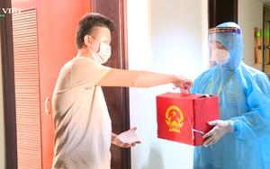 """Clip: Hàng trăm cử tri bỏ phiếu kiểu """"cuốn chiếu"""" tại khu cách ly tập trung ở Thừa Thiên - Huế"""