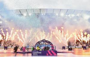 Cận cảnh Man City nâng cúp bạc Premier League cùng hàng vạn CĐV