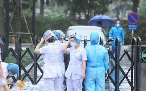 Hà Nội: Nhân viên y tế đội mưa truy vết chung cư Goldmark City có ca dương tính SARS-CoV-2