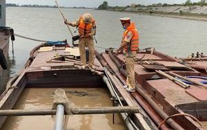 Ninh Bình: Bắt quả tang 4 thuyền vỏ sắt khai thác cát trái phép trên sông Đáy