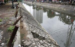 Hà Nội: Lan can bảo vệ hai bên bờ sông Kim Ngưu xuống cấp, hư hỏng nghiêm trọng