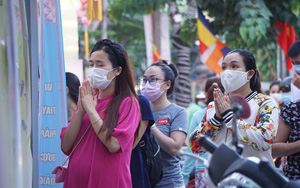 ẢNH: Chùa đóng cửa, người dân Đà Nẵng vái vọng từ cổng ngày lễ Phật đản