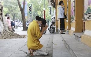 """Hà Nội: Đền, chùa """"cửa đóng then cài"""" người dân đứng vái vọng nhân ngày Lễ Phật đản"""