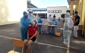 Tập huấn cho người dân khu cách ly tự lấy mẫu test nhanh xét nghiệm Covid-19