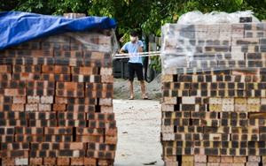 ẢNH-CLIP: Xếp gạch, đổ đất làm chốt chặn ở TP.Bắc Ninh