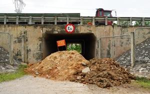 Hà Nội đổ đất, dựng rào phòng dịch tại các nơi tiếp giáp Bắc Giang, Bắc Ninh