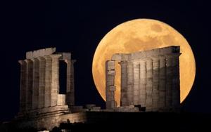 Ảnh thế giới 7 ngày qua: Siêu trăng ấn tượng trên đất nước của các vị thần