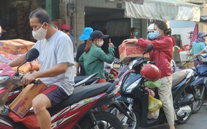 Chợ, siêu thị TP.HCM đông người mua sắm trước giờ giãn cách xã hội