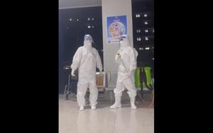 Video: Nhân viên y tế ở Bắc Giang dùng vòi phun khử khuẩn làm micro, hát trong giờ giải lao