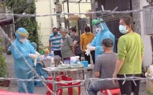 Clip: Đội mưa truy vết ca nghi nhiễm liên quan đến nhân viên giao gà ở Gò Vấp