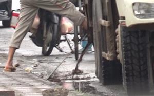 Clip: Xe chở rác của Công ty Cổ phần Tập đoàn Nam Hà Nội xả nước rỉ rác ngay ở điểm tập kết