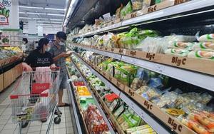 TP.HCM: Ngày đầu tiên giãn cách xã hội, chợ và siêu thị vắng khách, thực phẩm ê hề, mì gói chất đống