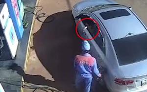 Clip: Bức xúc cảnh tài xế ngồi trên ôtô vứt tiền xuống đất trả nhân viên cây xăng