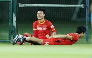Quang Hải trêu đùa Tuấn Anh trong buổi tập trước trận gặp Malaysia