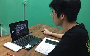 """Thi vào lớp 10 """"lạ"""" nhất trong lịch sử: Thí sinh làm thủ tục thi online, phụ huynh ngồi cạnh nghẹn ngào"""
