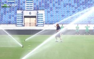 Thầy Park chạy tán loạn khi bị phun nước làm các học trò cùng ban huấn luyện cười sảng khoái trên sân tập