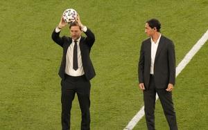 Ảnh: Totti, Nesta nâng cao trái bóng Uniforia tại lễ khai mạc Euro 2020