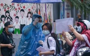 Tình nguyện viên đội mưa, ăn mì tôm tiếp sức sĩ tử trong ngày đầu thi vào lớp 10