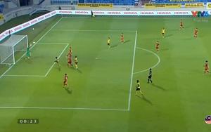 """Clip: 2 pha cứu thua """"xuất thần"""" của thủ môn Tấn Trường trước tình huống dồn ép của Malaysia trong hiệp một"""