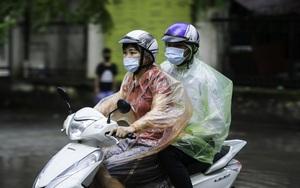 Hà Nôi: Mưa như trút nước trong ngày thi tuyển sinh THPT