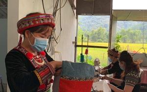 Bắc Kạn: Chế tạo ra loại gối thổ cẩm dược liệu, người phụ nữ đưa hai nét văn hóa của dân tộc Dao vươn xa