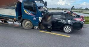 Kinh hoàng xe ô tô con lao tốc độ, tông trực diện xe tải, 3 người tử vong