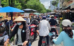 Người dân nhích từng chút tại chợ TP.HCM để mua đồ, cúng Tết Đoan ngọ sớm