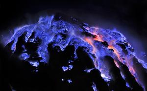 Núi lửa ở Indonesia phun trào dung nham xanh tuyệt đẹp