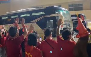 CĐV khóc ngất vì lo Văn Hậu chấn thương, ĐT Việt Nam trở về khách sạn trong tiếng hò reo của đồng bào