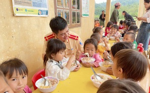 9X điển trai mang bữa cơm có thịt níu chân trẻ miền núi đến trường