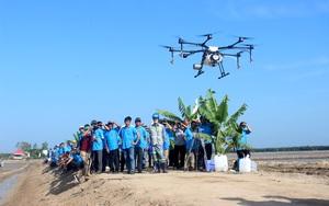 Chăm sóc lúa bằng máy bay không người lái thích mê, nông dân Đông Nam Bộ tìm cách đưa vào đồng ruộng