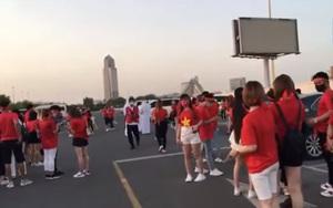 CĐV và tuyển Việt Nam hâm nóng không khí SVĐ Zabeel trước trận đấu then chốt với tuyển UAE