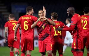 Vì sao trận đấu Bỉ vs Đan Mạch đá đến phút thứ 10 là... tạm dừng?