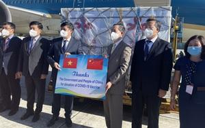 Cận cảnh 500.000 liều vắc xin Covid-19 do Trung Quốc hỗ trợ đã về tới Việt Nam