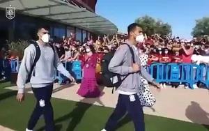 """Video: Cầu thủ Tây Ban Nha bị chỉ trích vì """"vô cảm"""" với người hâm mộ"""