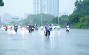 Đang oi nóng 40 độ, Hà Nội bất ngờ mưa giông lúc tan tầm khiến nhiều người không kịp trở tay