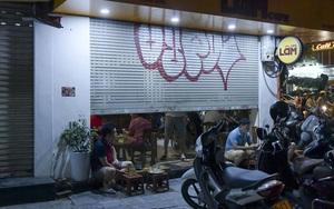 """Hà Nội: Phớt lờ lệnh cấm bán hàng sau 21h, nhiều nhà hàng hạ cửa, """"nhốt khách"""" ăn uống phía trong"""