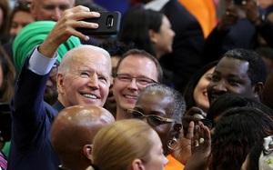 """Ảnh thế giới 7 ngày qua: Giáo hoàng Francis bắt tay """"người Nhện"""" và ông Biden chụp ảnh selfie với người dân"""