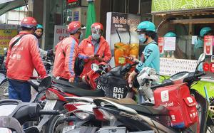TP.HCM giãn cách xã hội: Shipper đi chợ, siêu thị cho khách không kịp