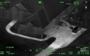 Clip: Đột nhập vào một căn nhà, 2 thiếu niên dùng AK-47 đấu súng với cảnh sát