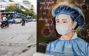 Ấn tượng với hình ảnh bác sĩ chống dịch Covid-19 trên bốt điện tại Hà Nội