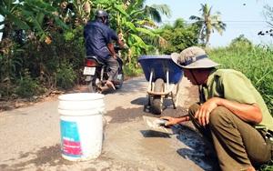 Người thương binh bỏ tiền túi để vá đường